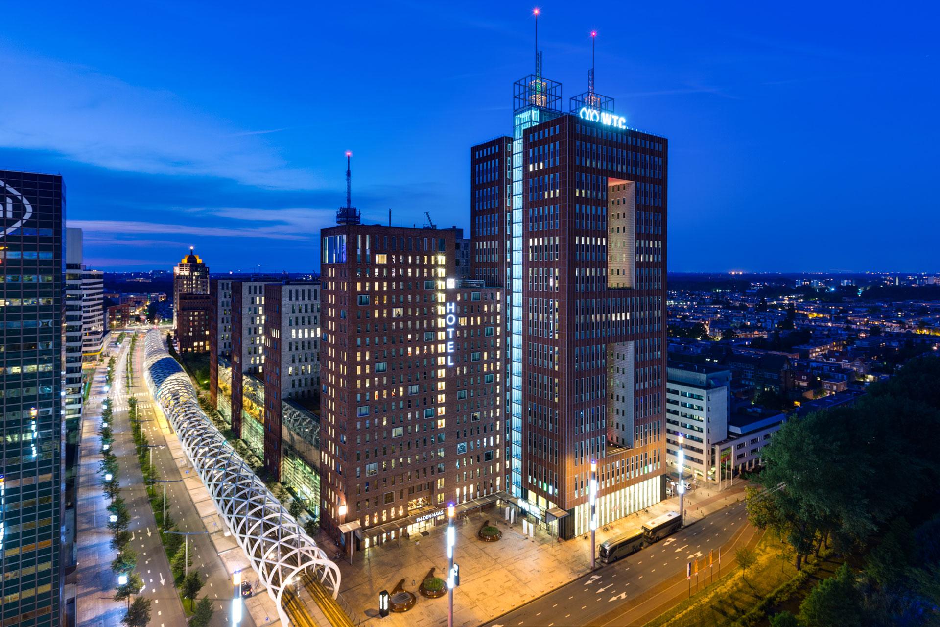 Nachtfoto van het gebouw